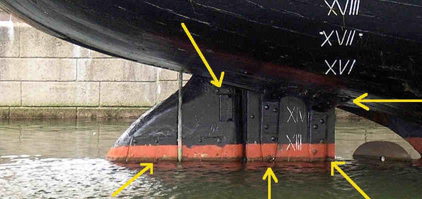 La parte alta del timone della RRS Discovery a Dundee che emerge dall'acqua (tutti i diritti appartengono al proprietario della foto).
