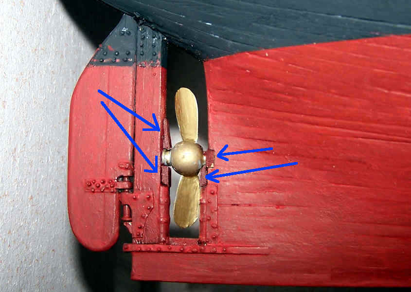 Sul modellino della RRS Discovery viene ora montato il gruppo propulsione dell'elica.