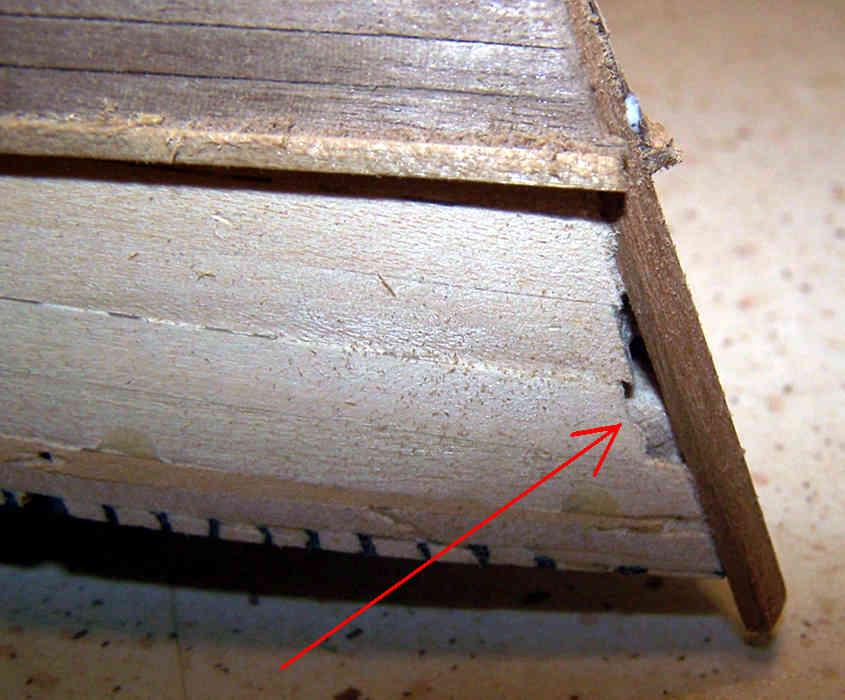 Una fessura su uno scafo che deve essere stuccata.