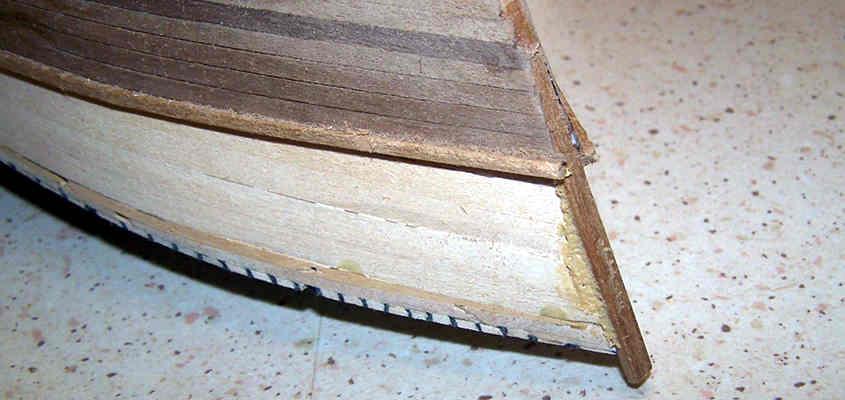 Lo stucco realizzato con la colla aliphatica e la polvere di legno è perfettamente carteggiabile.