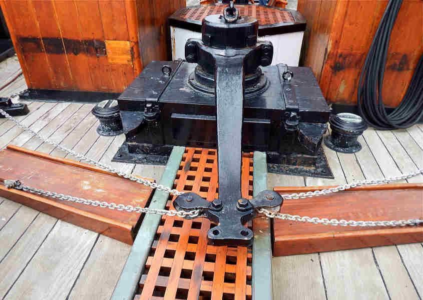 Sul ponte della RRS Discovery si vede la barra del timone sopra un carabottino lungo e stretto.
