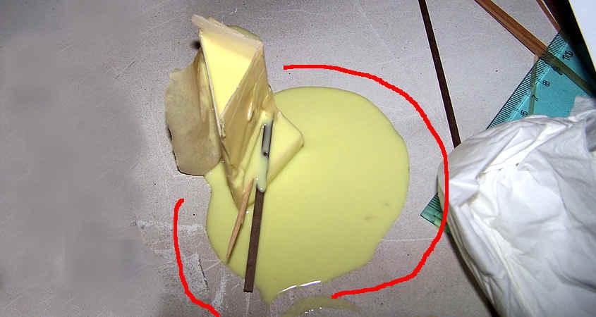 Se è presente una fessura (anche piccola) il silicone uscirà dallo stampo e si sparpaglierà sul piano di lavoro.
