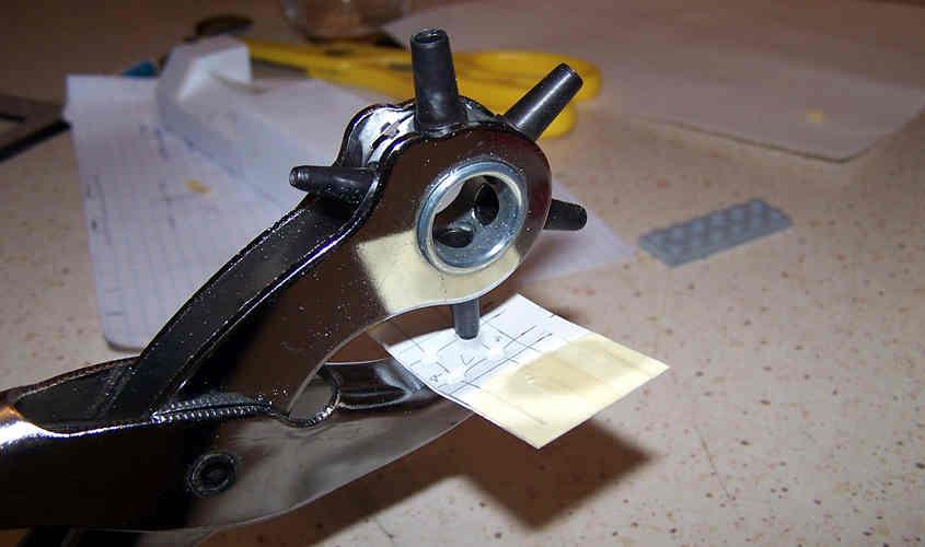 Per realizzare gli oblò della caldaia della RRS Discovery utilizzo una punzonatrice.