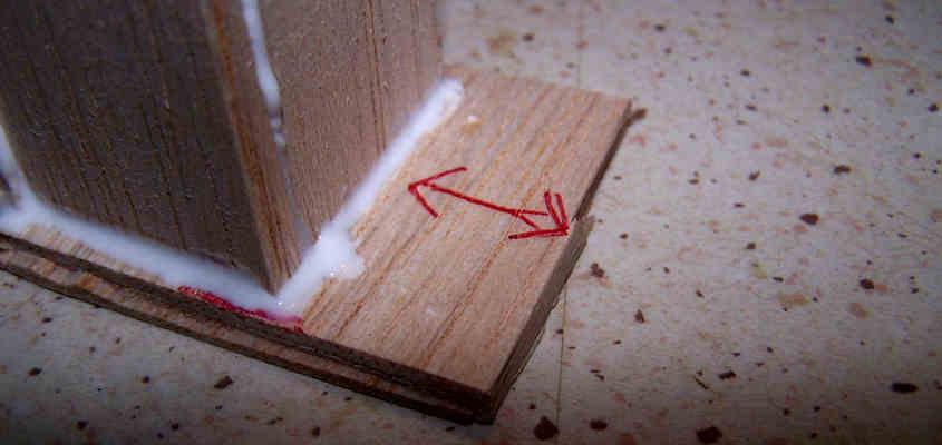 Sulla base dello stampo segno una freccia che mi indica la posizione ideale per eseguire in seguito il taglio necessario a liberare l'oggetto intrappolato nello stampo.