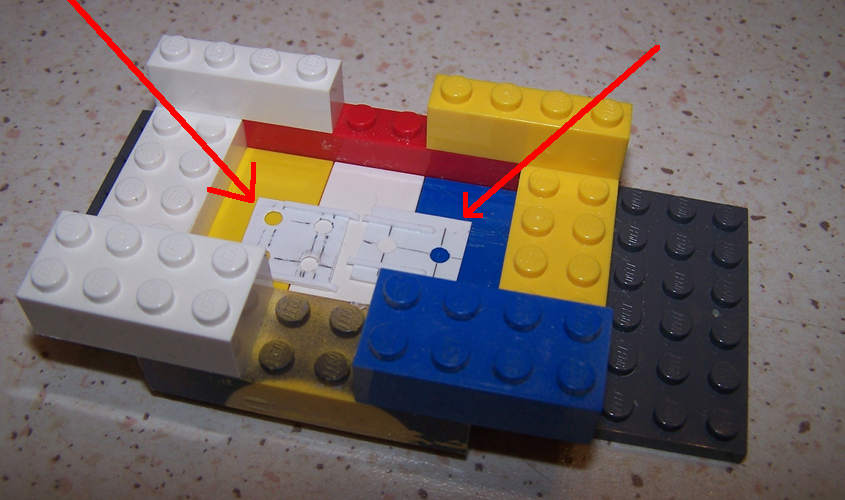 Costruisco con dei mattoncini di plastica una scatola per realizzare lo stampo a colaggio superficiale.