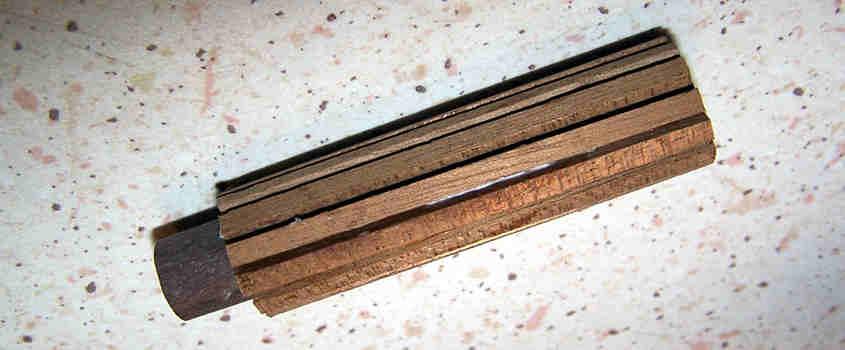 Rivesto il tondino di noce in i listelli di mogano in modo da aumentare lo spessore del manufatto.