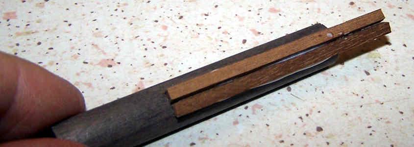 Incollo i listelli di mogano sul cilindro in modo da aumentare lo spessore del camino.