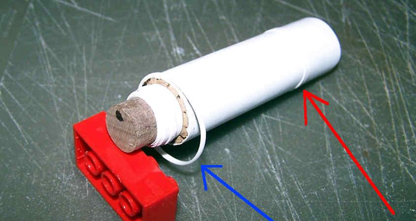 Rivesti il camino con il foglio di plastica in modo che sia liscio e cilindrico, ci aggiungo gli anelli di ritenzione.
