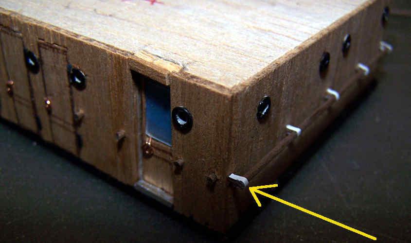 Con delle strisce di carta simula la ferramenta del passamano.