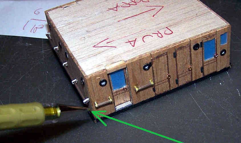 Per simulare il colore ottone del passamano della cabina della RRS Discovery adopero un pennarello colore oro.