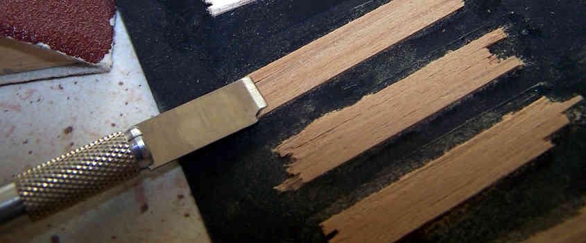 Per costruire le porte incollo dei listelli su un supporto di carta nera.