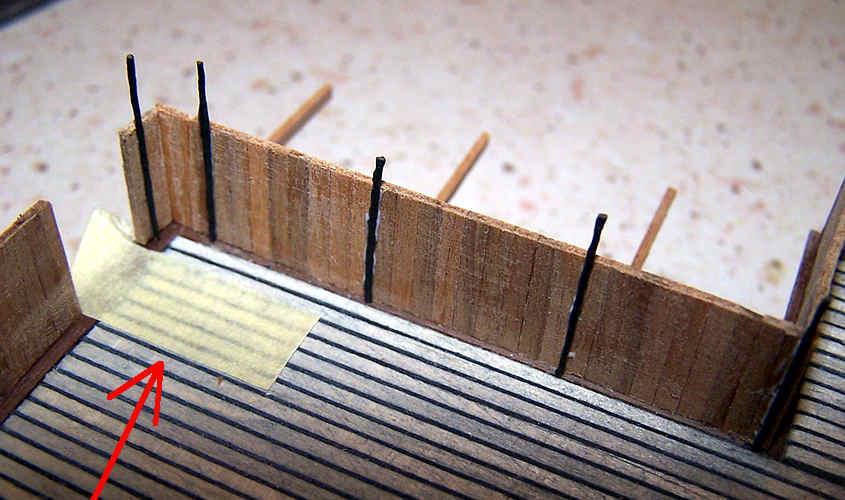 Incollo i fili di fere duro a simulare i montanti in tubo di ferro.