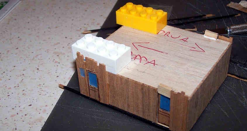 Uso dei blocchetti di plastica per garantire la perpendicolarità dei listelli incollati sopra alla finestra.