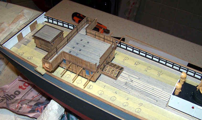 Appoggio in modo provvisorio la tuga e le cabine di maggiori dimensioni sul ponte per avere una visuale dell'insieme.