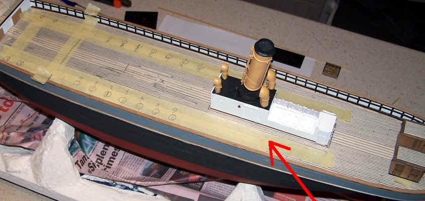 Per garantire l' allineamento longitudinale utilizzo il bordo di un pezzo di nastro da carrozziere.