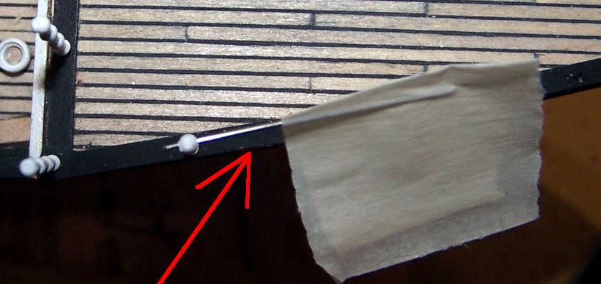 Per allineare i fori dei passamani inserisco uno spezzone di filo di acciaio e ruoto il candeliere fino a renderlo parallelo alla fiancata.