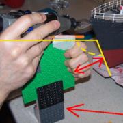 Per ottenere la corretta altezza oltre ad aggiungere degli spessori (sempre di Lego) avvicino o allontano la dima dalla punta della nave.