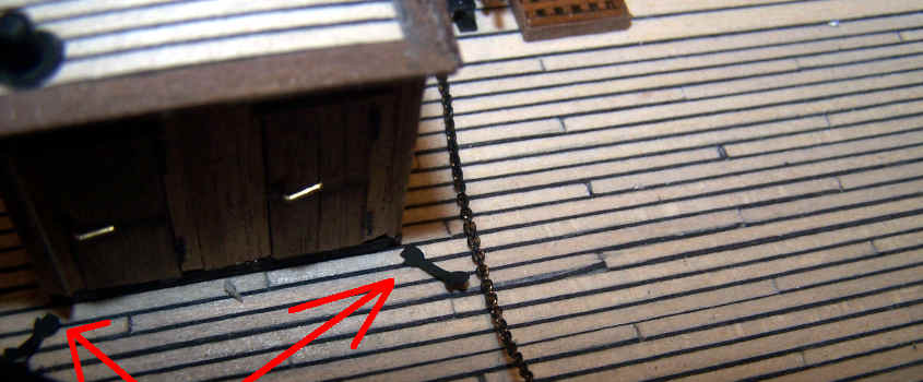 Incollo un'estremità delle strisce di carta nera sul ponte.