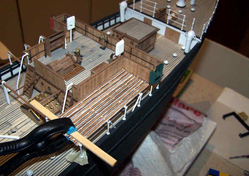 Incollo il tavolato delle piattaforme per le scialuppe.