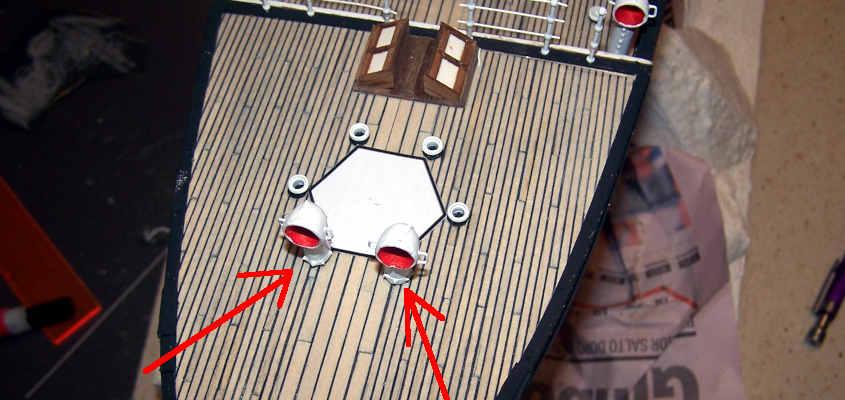 Incollo due prese d'aria sui vertici anteriori dell'esagono incollato sul ponte della RRS Discovery.
