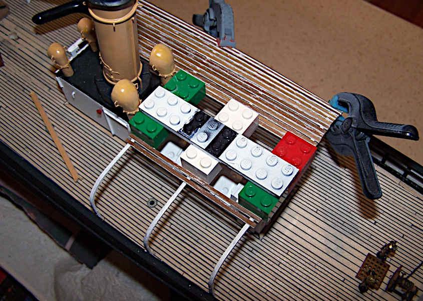 Il traliccio viene rivestito con dei listelli di legno.