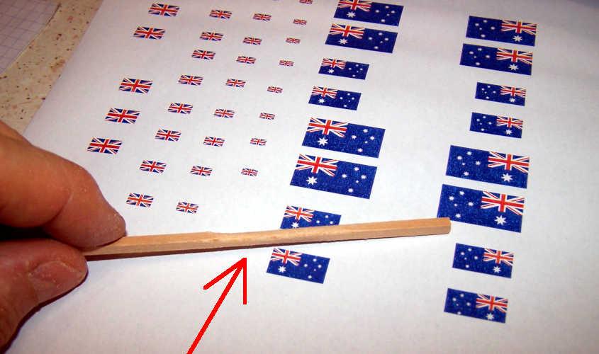 Su un foglio di carta ho stampato delle bandiere inglesi e australiane in diversi misure.