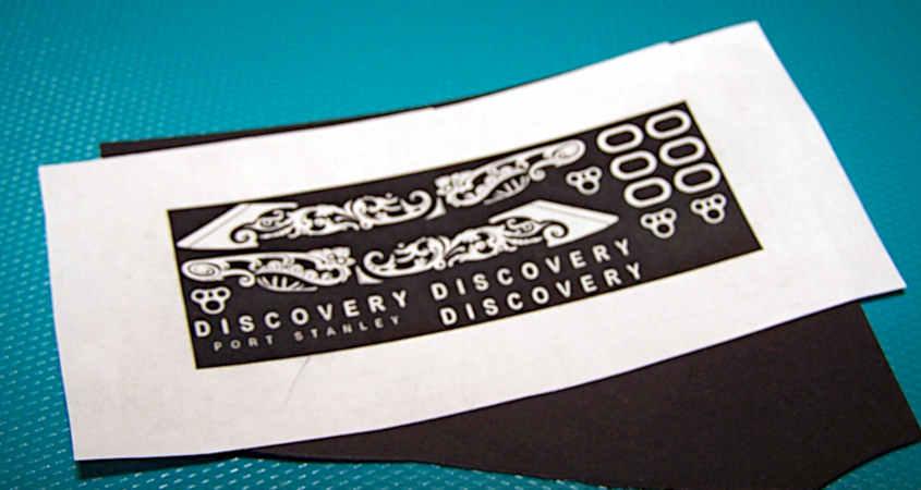 I decori delle serpi di prua sono stati stampati con una laser economica.