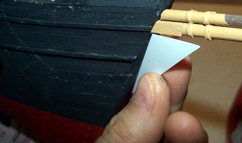 Con un cartoncino costruisco la sagoma della ruota di prua.