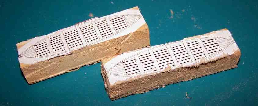 Taglio le eccedenze dai blocchetti di legno.