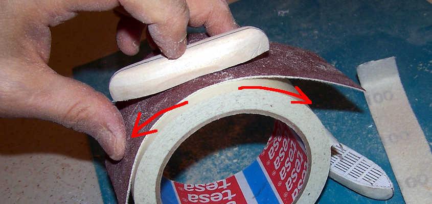 Nel modellismo ci si deve arrangiare: qui si vede come abbia costruito un lisciatoio rotondo per conferire l'insellatura alle scialuppe.