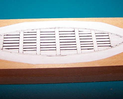 Sulla struttura così assemblata incollo una sagoma di carta che raffigura la scialuppa.