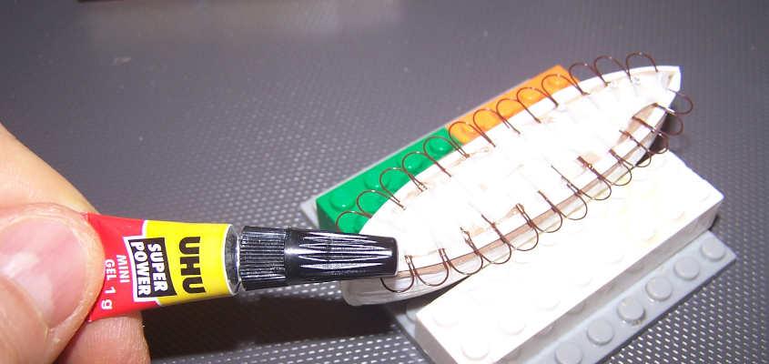Utilizzo la colla ciano acrilica per fissare le corde delle scialuppe.