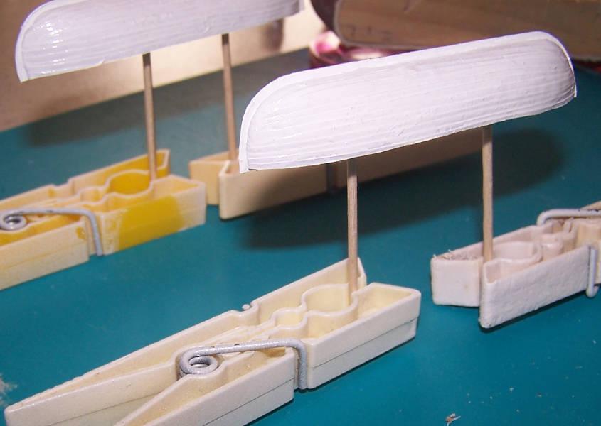 Dipingo le scialuppe con dell'acrilico bianco diluito in acqua.