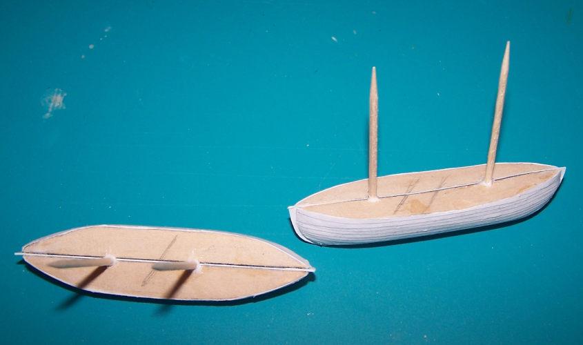 Incollo due stuzzicadenti nella mezzeria delle scialuppe.