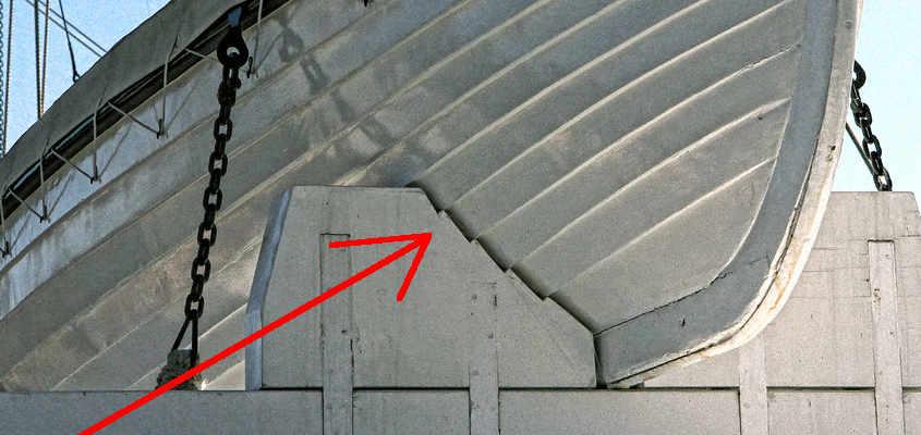 I supporti delle scialuppe sono sagomati per adattarsi alla forma dello scafo reso irregolare dal fasciame di tipo clinker.