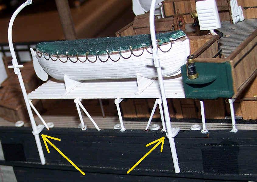 """Con delle strisce di plasticar piegate ad """"U"""" realizzo i rinforzi laterali."""