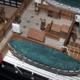 La fotografia mostra una vista aerea delle scialuppe.