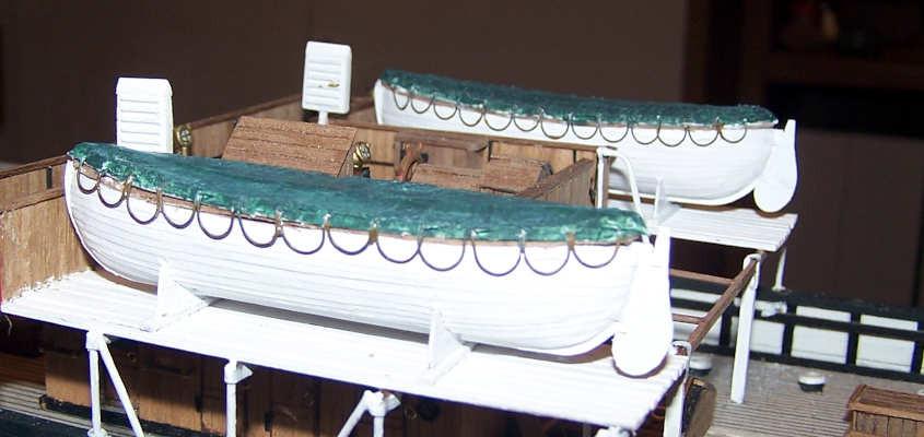 La fotografia mostra una vista di trequarti delle scialuppe.