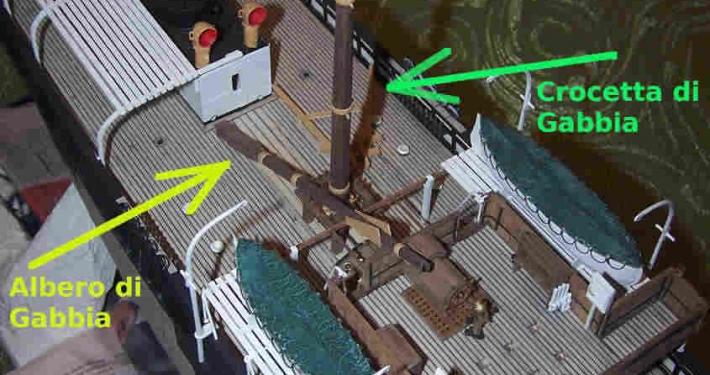 La crocetta dell'albero di Gabbia è smontata ed è appoggiata sul ponte di coperta per permettere il sollevamento sopra all'albero di Maestra.