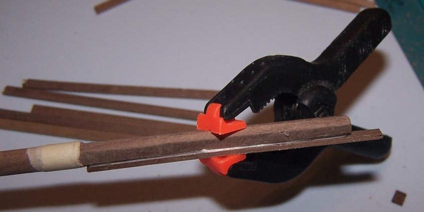 Per aggiungere dello spessore alla sezione quadrata del colombiere della RRS Discovery incollo dei listelli di legno di noce.