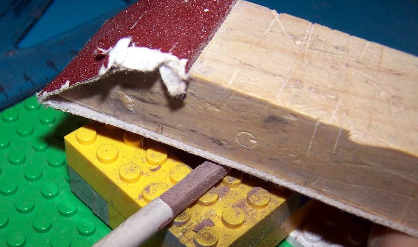 Per ricavare una sezione quadrata partendo da una rotonda si appiattisce con un lisciatoio e della carta vetrata fine un primo lato.