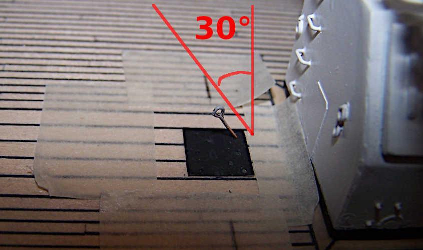 Per evitare che un occhiello del ponte di coperta si sfili durante l'allestimento delle manovre è necessario infilarlo con una angolazione di circa 30 gradi.